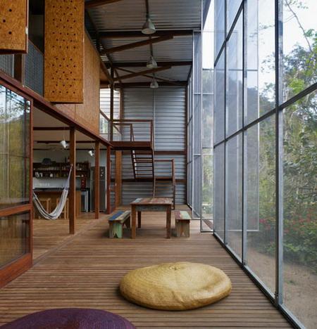 Interior de casa prefabricada de arquitectura Tropical en Brasil