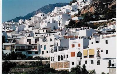 Casas españolas sobre una ladera de montaña