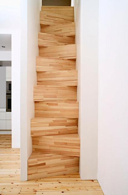 Escalera interior angosta de madera