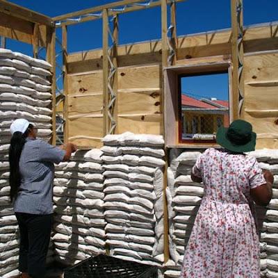 Construcción de una casa con bolsas de arena