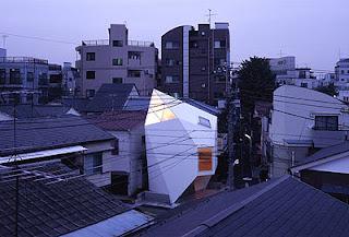 Vista de la casa en su entorno residencial denso en Tokio