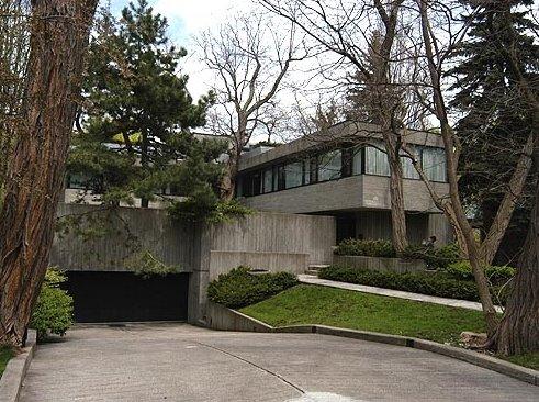 Arquitectura brutalista residencial casa de familia en Canadá