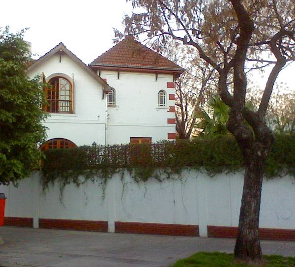 Fachadas del chalet y muro del jardín