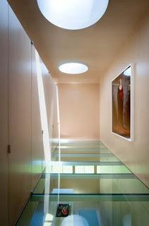 Interior planta alta piso de cristal