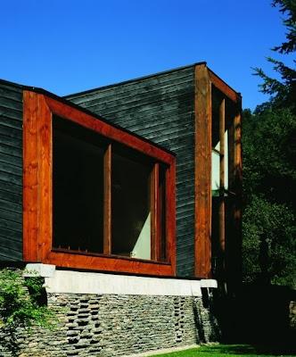 Casa de diseño original y aspecto oscuro en el sur de Chile