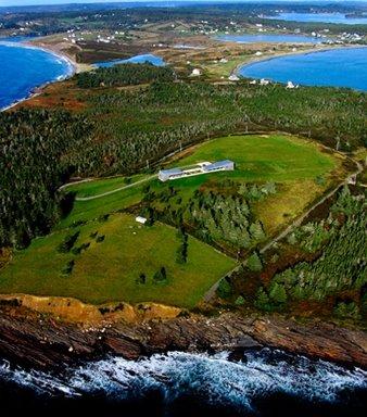 Vista aérea de la casa sobre la colina en Nueva Escocia