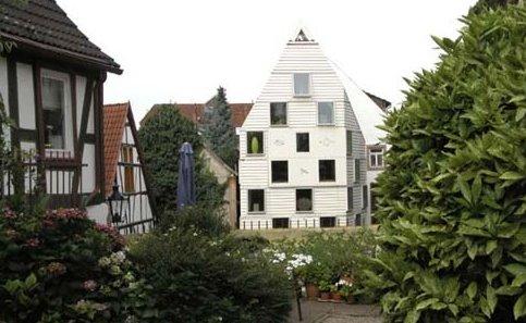Casa vanguardista entre construcciones tradicionales en Alemania