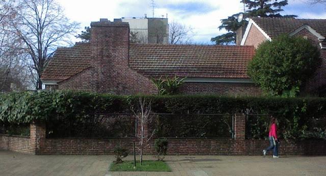 Sector de la esquina del lote mostrando otra parte de la casa chalet