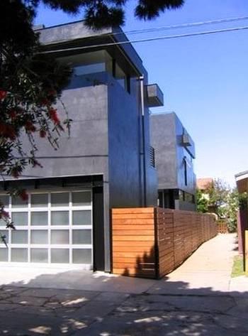 Casa contemporánea pintada de negro en Venice, California, Estados Unidos
