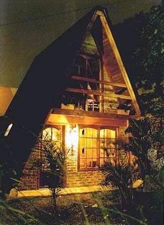 Casa prefabricada pequeña de madera y ladrillos