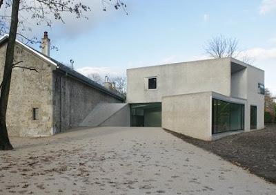 Perspectiva de la nueva configuración arquitectónica, galpón reciclado y volumen minimalista