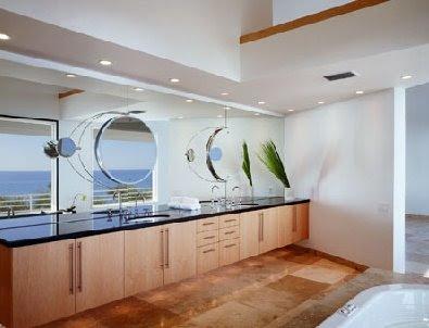 Baño amplio con instalaciones de confort