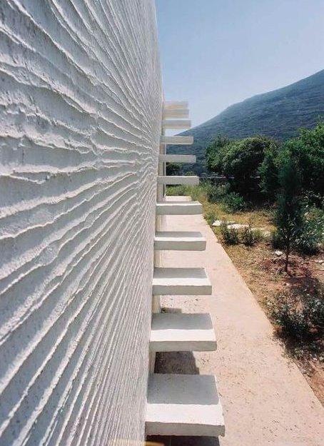 escalera exterior de concreto minimalista en grecia