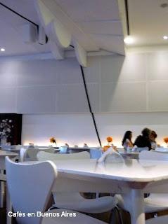 Mesas en la cafetería