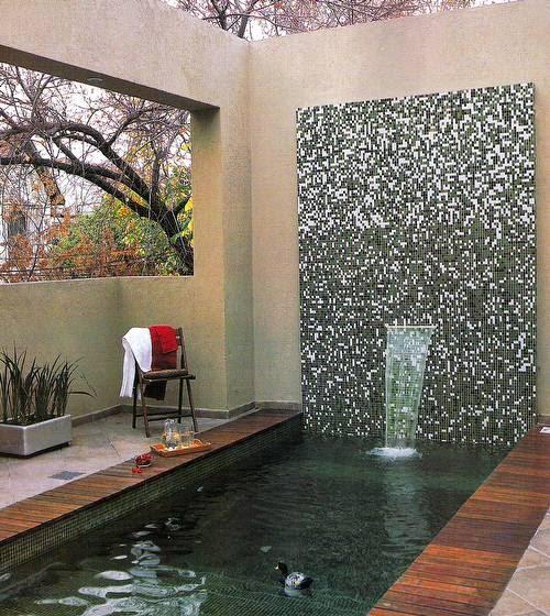 Arquitectura de casas terraza con piscina y fuente de for Terrazas y piscinas modernas