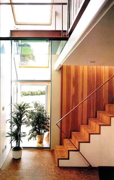 Arquitectura de casas escalera forrada con madera for Casas con escaleras de madera