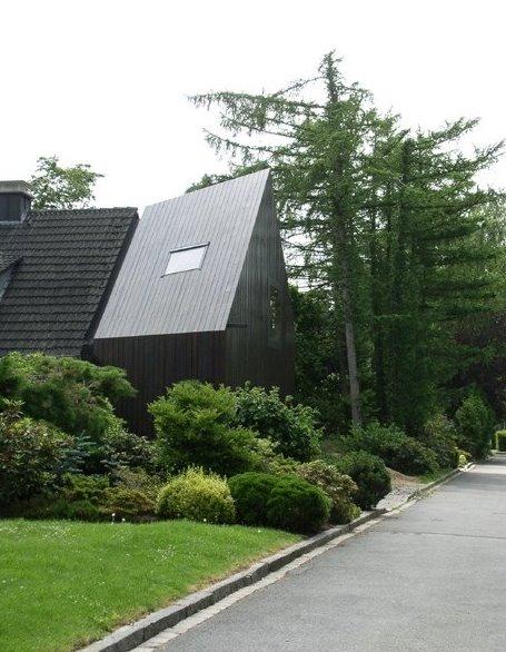 Extensión de madera de diseño contemporáneo a casa familiar alemana