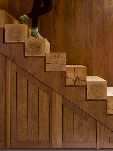 Arquitectura de casas escalera con troncos for Escalera interior de troncos
