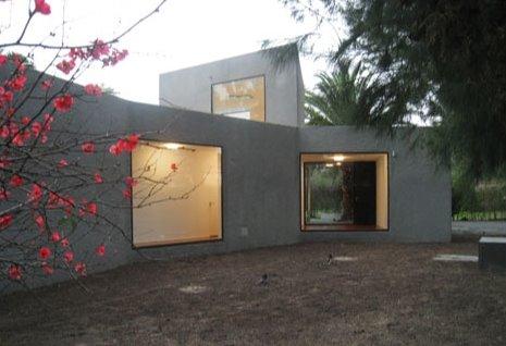 Vista de un sector de la casa con luz natural e iluminación interior