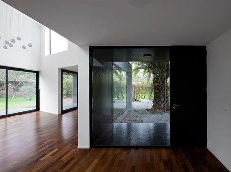 Sala de estar y hall de acceso con la puerta de entrada a la casa