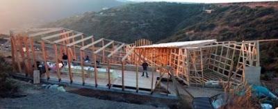 Construcción con marcos de madera de la cabaña de montaña en Chile