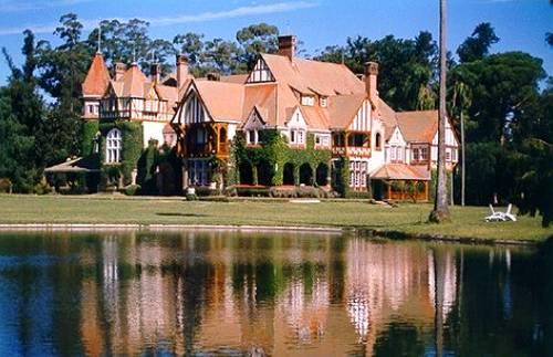 Casa reflejada sobre el lago en Estancia Villa María