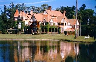 Casa reflejada sobre el lago