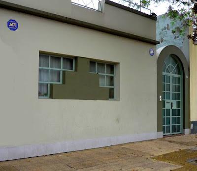 Fachada de casa racionalista contemporánea en la Ciudad de Buenos Aires