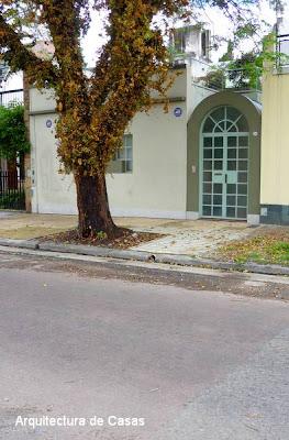 Acceso tipo pórtico en una casa residencial de Buenos Aires