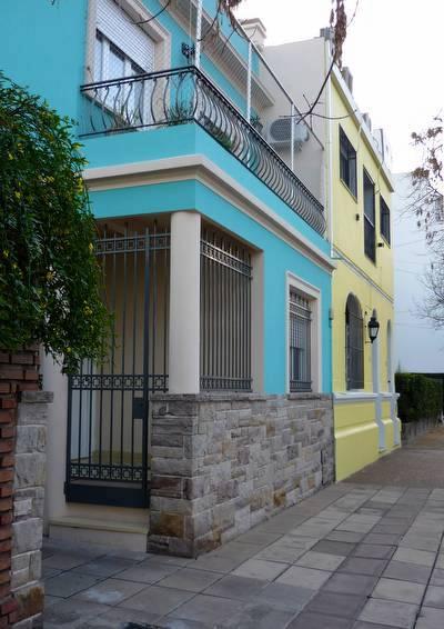 Perspectiva de fachadas a color en casas de barrio