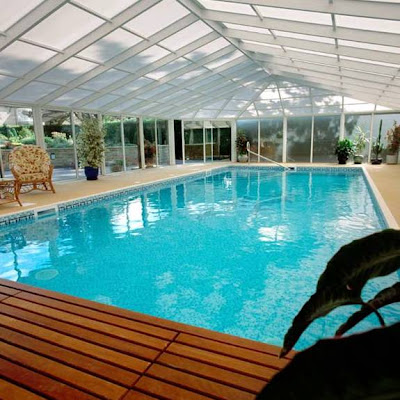 Piscina interior con screen cage