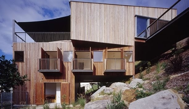 Arquitectura de casas casa de madera escalonada en pendiente for Arquitectura de madera