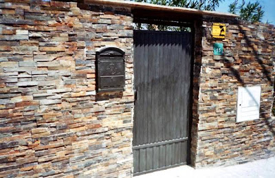 Muro exterior construido con piedra laja