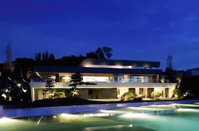 Villa en la noche