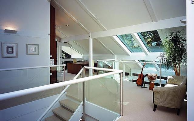 Planta alta bajo el techo, espacio de ático en la moderna casa