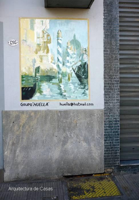 Fachada con mural en una casa de la Ciudad de Buenos Aires