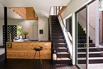 Cocina y escaleras interiores de la residencia estilo Contemporáneo