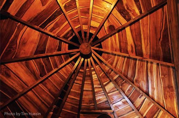 Un techo de madera de estructura radial de una de las construcciones