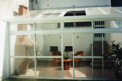 Cerramiento de perfiles de aluminio con paneles de vidrio