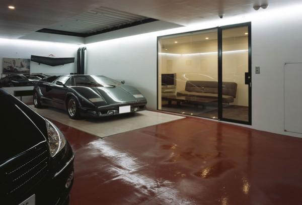 Cochera de la casa, garaje a nivel de la calle, sala de estar en