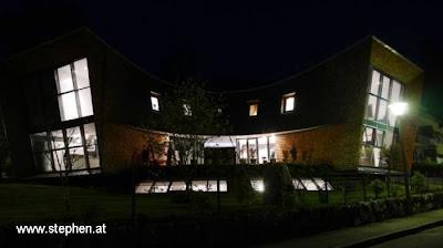 Vista nocturna de la casa