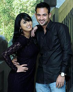 Sharnaaz dan Leez menjadi pasangan kekasih dalam Ungu Cinta
