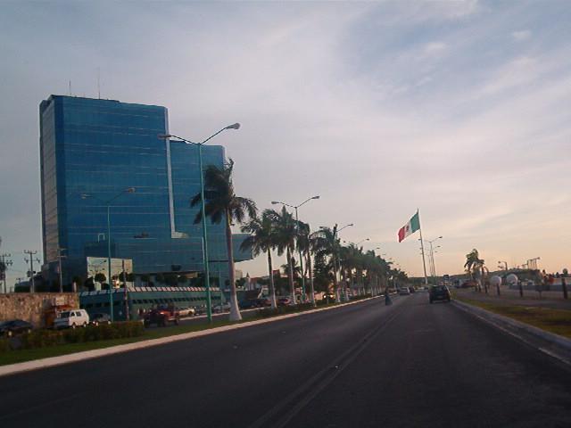 otra vista del malecon con la bandera monumental del territorio mexicano