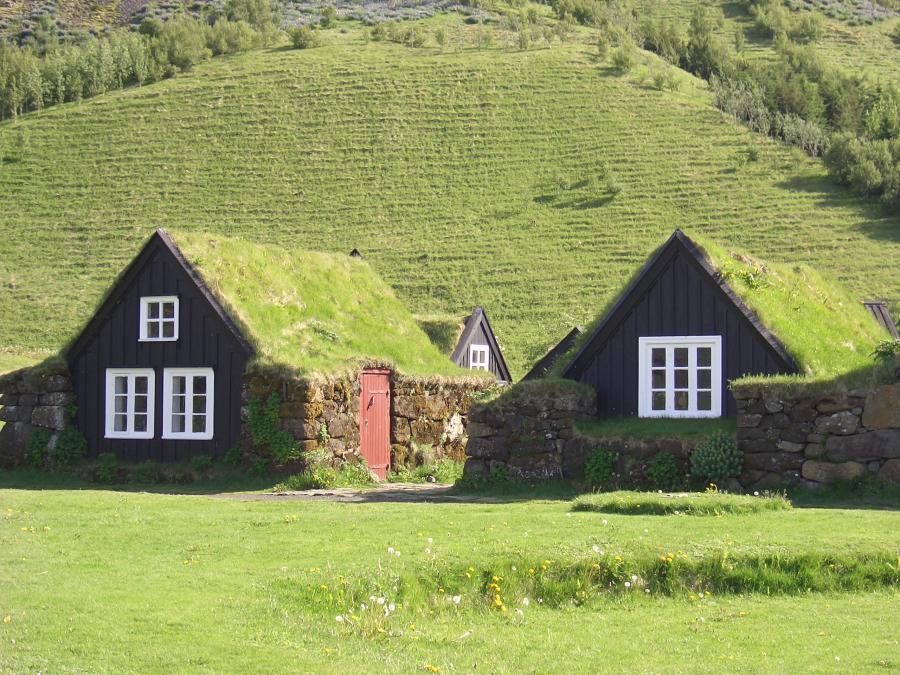 Старинные дома с зеленой крышей в