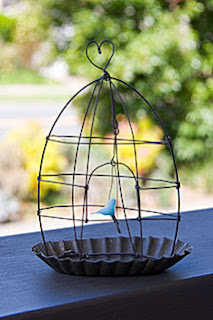 Bird in a wire cage from De Beaux souvenirs