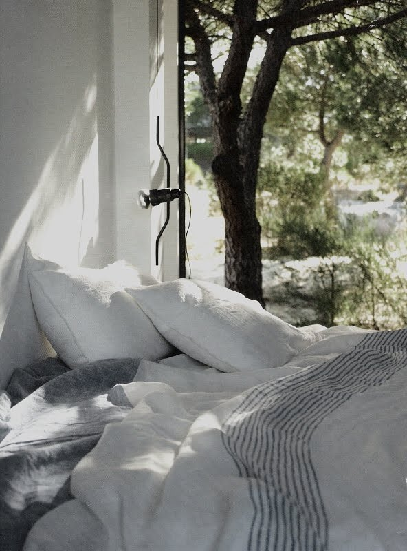 Luscious linen bedding and a view, image via Maisons Côté Sud Avril-Mai 2009 as seen on linenandlavender.net