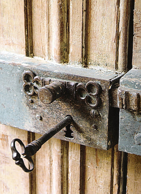 antique hardware detail image via French Country Style at Home, as seen on linenandlavender.net, post:  http://www.linenandlavender.net/2010/07/antique-hardware.html