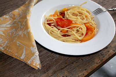 heirloom tomatoes and perciatelli pasta image by LeAnn for linenandlavender.net, post: http://www.linenandlavender.net/2010/09/what-do-abraham-lincoln-anna-russian.html