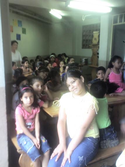 Isabella Arango, hija de Gracia y Bendicion, ministrando a los niños de la Independencia