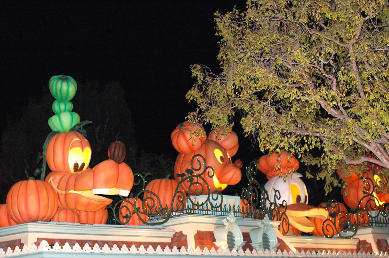 disney sisters: halloween time at disneyland resort